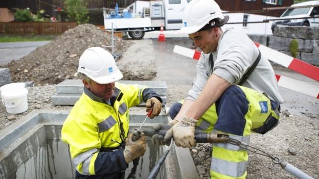Arbeiter der EKZ verlegen Stromkabel