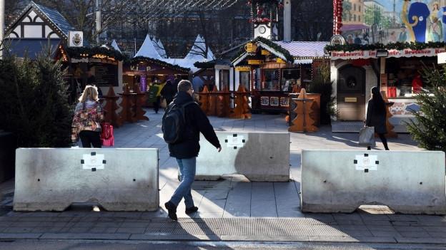 Beton-Poller vor einem Weihnachtsmarkt