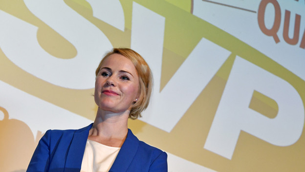 Die Regierungsratskandidatin vor einem grossen SVP-Logo