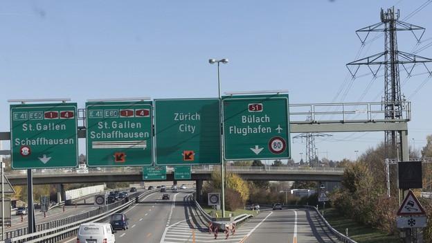 Ein Autobahnschild der Flughafenautobahn