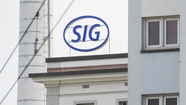 """Eine Hausfassade mit dem Firmenlogo """"SIG""""."""