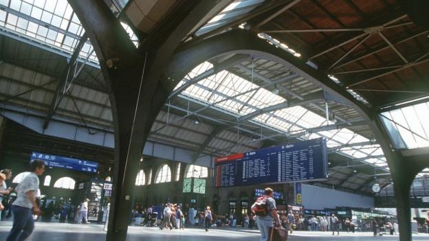 Die Halle des Zürcher Hauptbahnhofs mit seinem Glasdach.