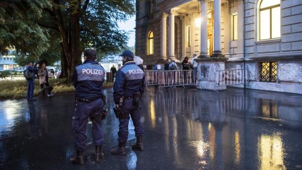 Polizei und Absperrgitter vor dem Bezirksgericht