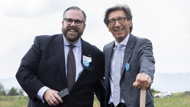 Zwei Männer stehen auf einem Feld.