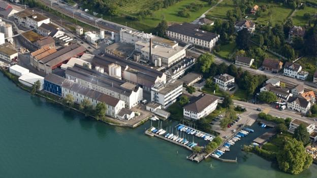 Luftaufnahme der Chemischen Fabrik in Uetikon am See.