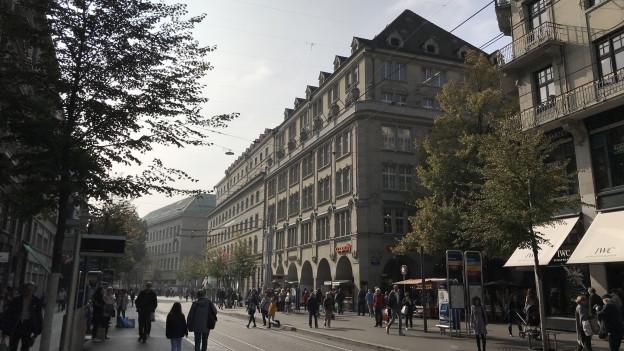 Viele Menschen spazieren am St. Annahof an der Zürcher Langstrasse vorbei.