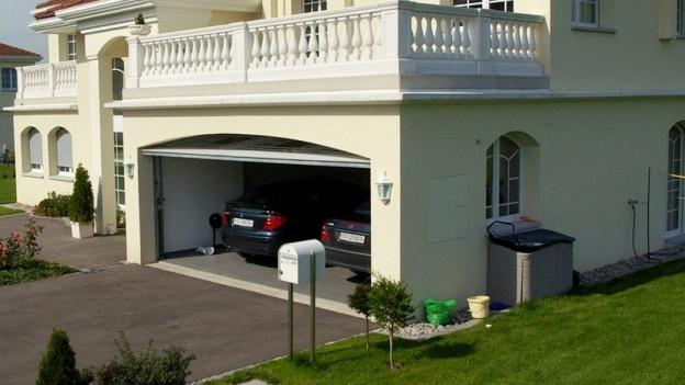 Eine Villa mit einer zweiplätzigen Garage.