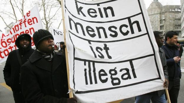 Sans Papiers demonstrieren für ihre Rechte.