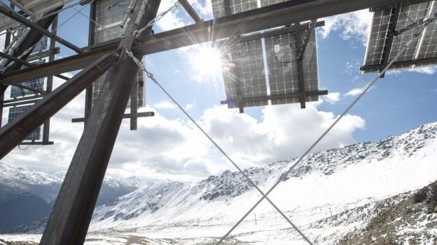 Sonnenstrahlen von vorn, Schneereflexionen von hinten: Die Panels auf der Totalp sind doppelseitig.