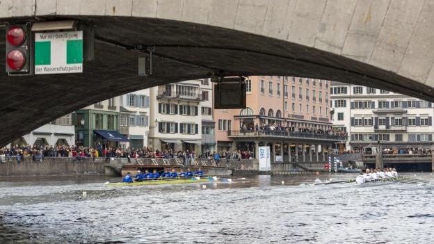 Zwei Boote fahren auf der Limmat Richtung Gemüsebrücke.