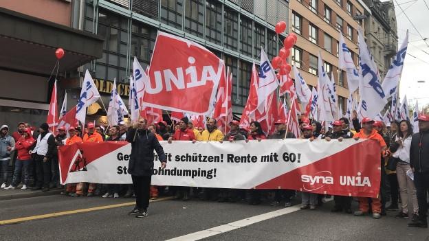 Hunderte Bauarbeiter protestieren in Zürichs Strassen für bessere Arbeitsbedingungen.