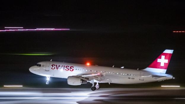 Ein Flugzeug fliegt nachts ab