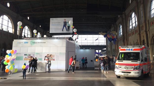 Blick auf die Ausstellung in der grossen Halle des Hauptbahnhofs Zürich