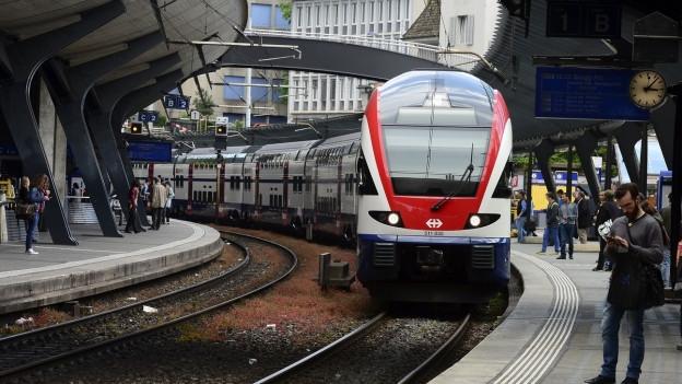 S-Bahn-Zug fährt in den Bahnhof Stadelhofen ein.