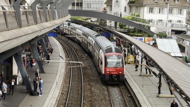 Zug im Bahnhof Stadelhofen
