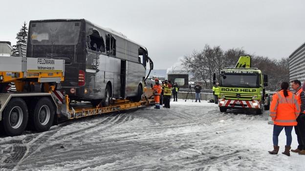 Verunfallter Reisecar in Zürich.