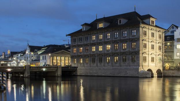 Das Zürcher Rathaus in weihnächtlichem Glanz