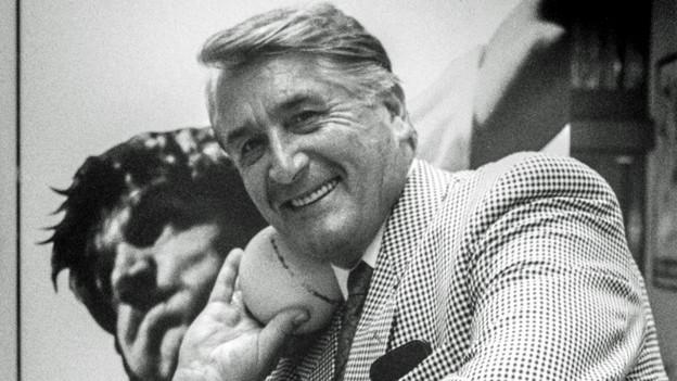 1991 posierte Res Brügger als ehemaliger Kugelstösser vor dem Portrait Werner Günthörs.