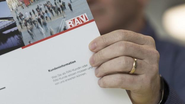Ein Mann blättert in einer Broschüre der Regionalen Arbeitsvermittlungszentren.