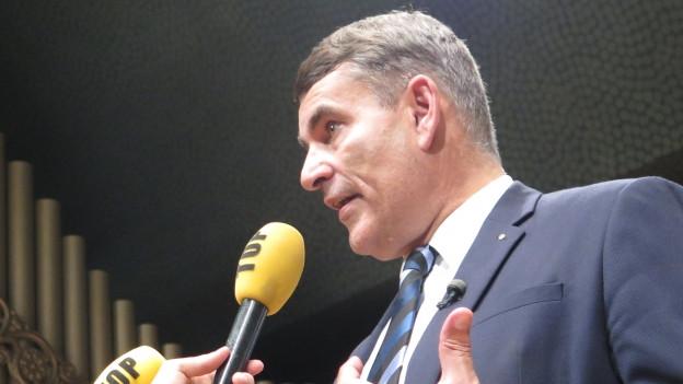 Schaffhausens Bundesratskandidat Christian Amsler gibt einem lokalen TV-Sender ein Interview.