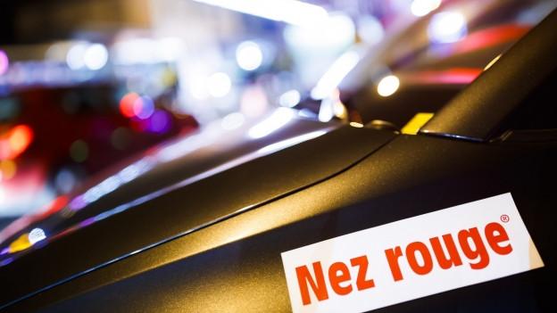 """Ein Auto mit dem Aufkleber """"Nez Rouge""""."""