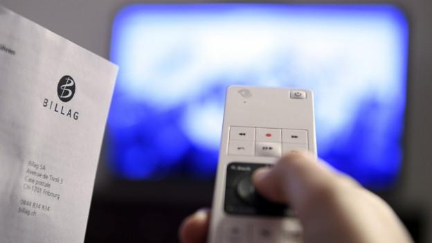Rechnung mit TV im Hintergrund