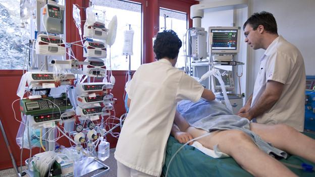 Pflegepersonal kümmert sich um einen Verletzten auf einer Intensivstation.