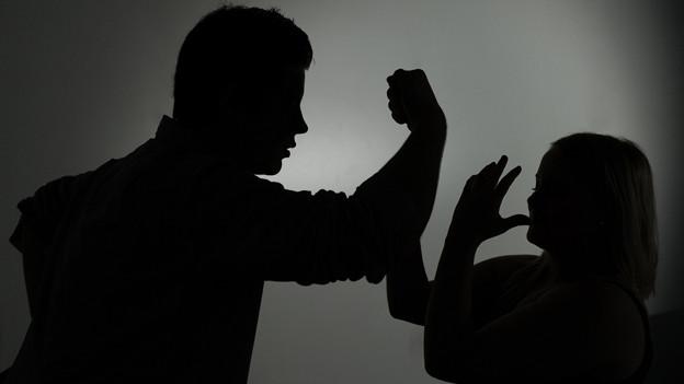 schwarze Schattenumrisse, Mann bedroht Frau