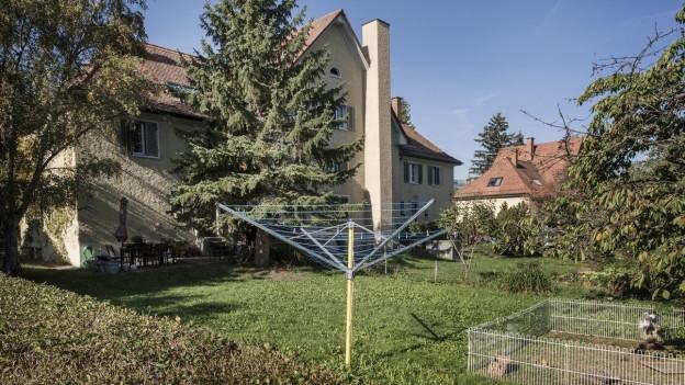 Haus mit Garten, darin ein Wäscheständer