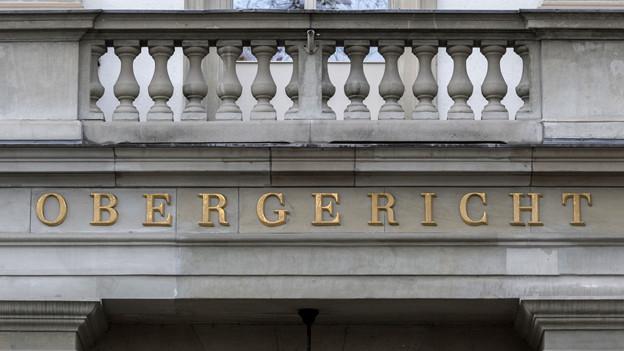 Schriftzug des Obergerichts in goldenen Lettern über dem Eingang