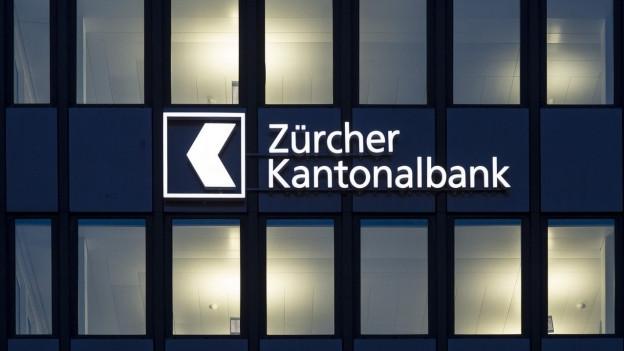 """dunkle Fassade, hell erleuchtete Fenster, Schriftzug """"Zürcher Kantonalbank"""""""