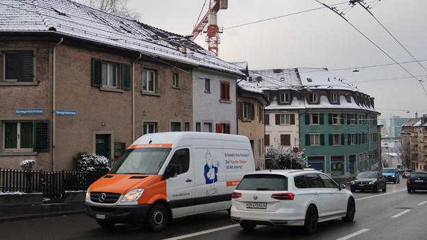 Autos auf der Rosengartenstrasse in Zürich