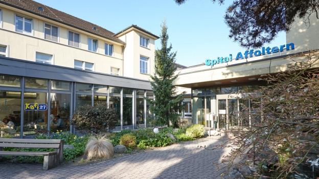 Eingang zum Spital Affoltern, grüner Park
