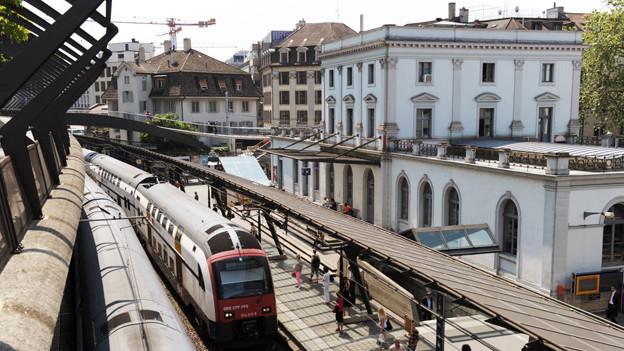 Ein Zug fährt in den Bahnhof Stadelhofen ein.