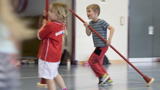 Zwei Kinder in einer Turnhalle