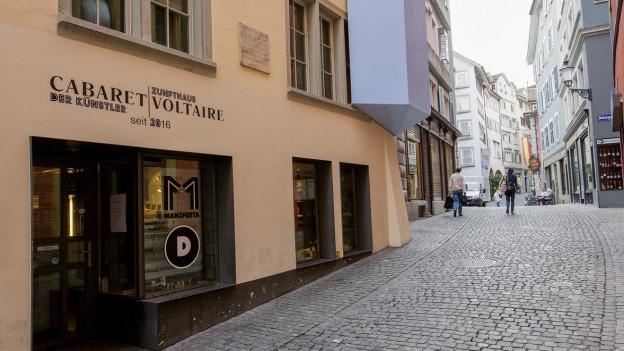 Das Dada-Haus in der Zürcher Altstadt von aussen fotografiert.