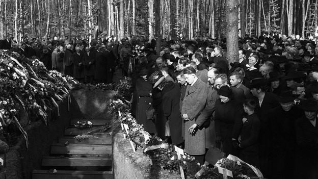 Dutzende Menschen versammeln sich beim Friedhof Schaffhausen, um von den Opfern der Bombardierung Abschied zu nehmen.