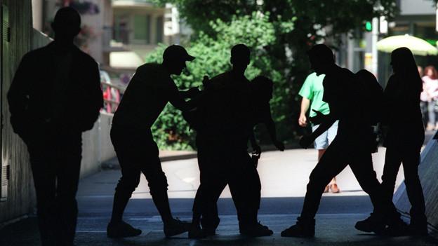 In einer Unterführung prügeln sich mehrere Jugendliche.