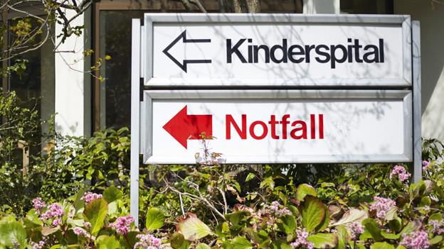 Das Schild vor dem Zürcher Kinderspital weist auf die Notfallstation hin.