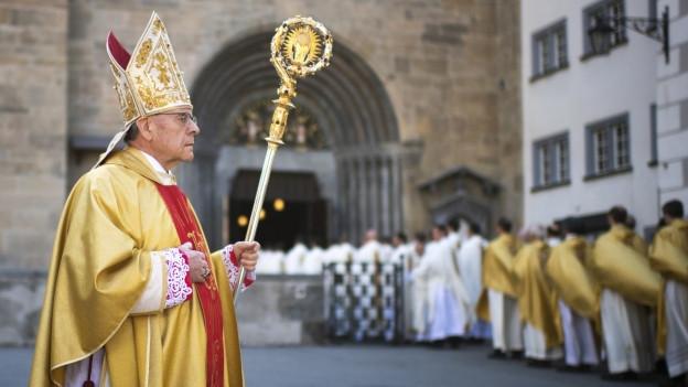 Der Churer Bischof Vitus Huonder auf dem Weg zu einer Messe.