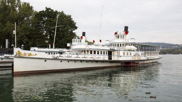 Ein weisses Zürichsee-Schiff auf dem Wasser.