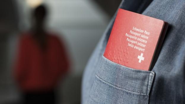 Roter Pass im Hemd eines jungen Mannes.