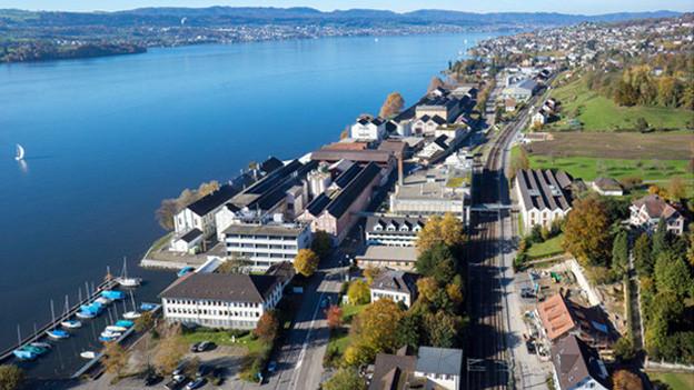 Das Areal der Chemie Fabrik Uetikon liegt idyllisch direkt am See.