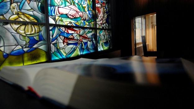 Ein Buch liegt geöffnet in der Kirche Sihlcity in Zürich.