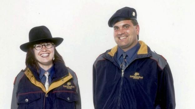Eine Frau und ein Mann in den neuen Uniformen der Kantonspolizei Zürich.