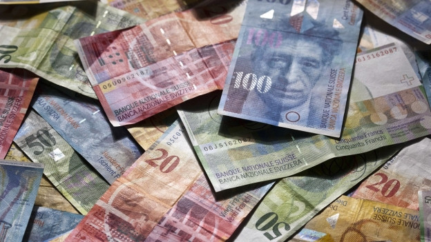 Viele Schweizer Banknoten sind angehäuft.
