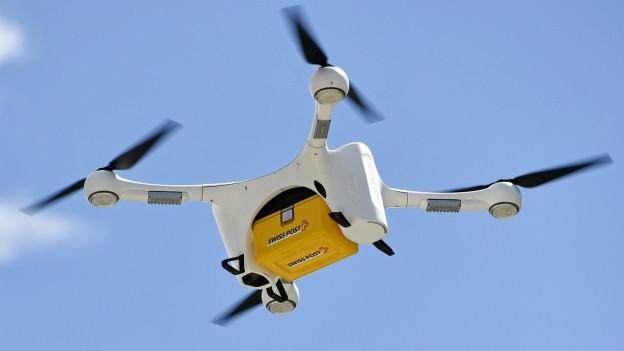 Drohne der Post mit einem Paket