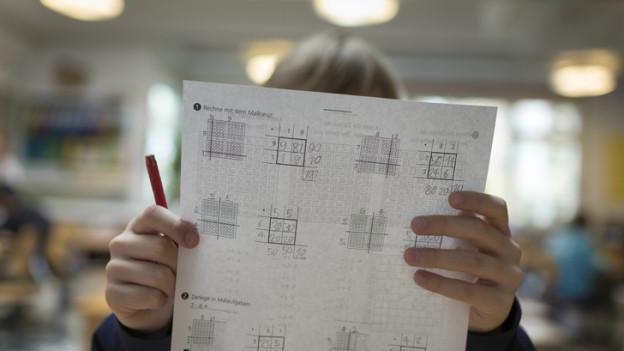 Kinder lösen Aufgaben in der Schule.