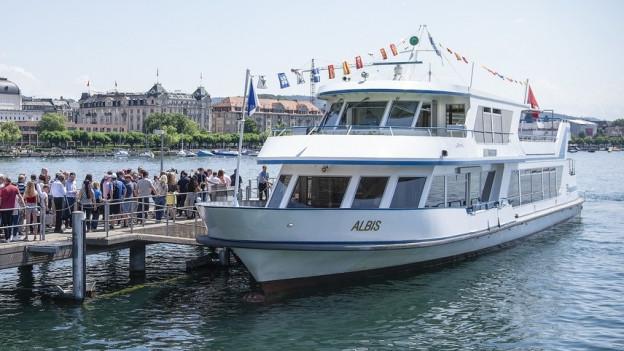 Passagiere warten am Steg vor dem Zürichsee-Schiff «Albis»
