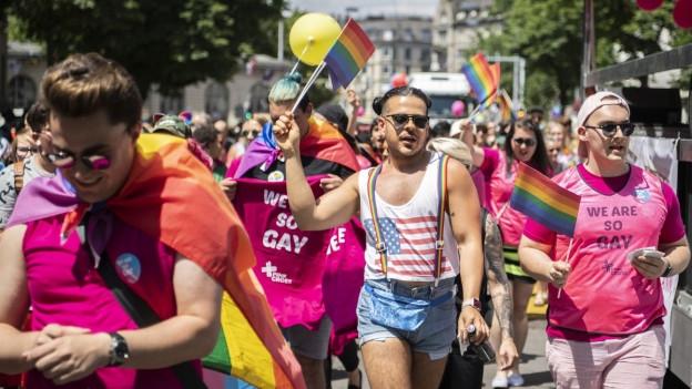 Lesben machen sich dreifach Eigenes Orgie-Video